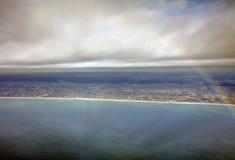 A foto aérea da paisagem e Japão costeiam em torno da baía do Tóquio que estica toda a maneira ao horizonte durante o arco-íris Imagem de Stock