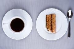Foto arriba: taza de café y de torta Foto de archivo