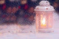Foto artística de una vela de cristal mojada de la Navidad Imágenes de archivo libres de regalías