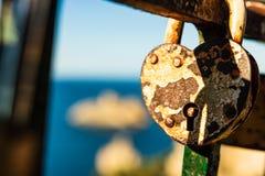 Foto ascendente cercana de una cerradura en forma de corazón hermosa y oxidada en Corfú, Grecia fotos de archivo