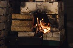 Foto ascendente cercana del horno hecho en casa de la fragua con la llama imagen de archivo libre de regalías