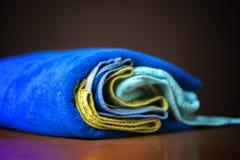 Foto ascendente próxima da pilha rolada das toalhas coloridas b fotografia de stock royalty free