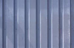Foto ascendente próxima de uma fachada de uma construção industrial com as listras gráficas de perfis resistidos azuis verticais  foto de stock royalty free