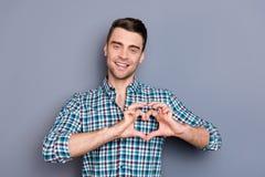 Foto ascendente próxima que surpreende ele ele sua figura imaginária cartão bonito da forma do coração das mãos de braços do home imagens de stock