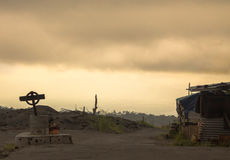Foto atmosferica torva della strada con l'incrocio dal lato Fotografie Stock Libere da Diritti