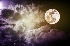Foto atrativa de um céu da noite com a Lua cheia nebulosa e brilhante Uso bonito da natureza como o fundo outdoors Fotos de Stock Royalty Free
