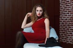 Foto attraente dell'interno della ragazza fotografia stock libera da diritti