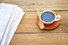 Foto auf Lager - die Zeitung mit Tasse Kaffee auf rustikalem hölzernem Lizenzfreie Stockfotografie