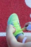 Foto auf Lager - Nahaufnahme von weiblicher Athleten-Trying Running Shoes-GE Stockfotos