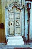 Foto auf lagereines antiken Schmutztüreingangs mit Laterne und Lizenzfreie Stockfotografie
