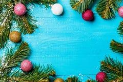 Foto auf Weihnachtstabelle mit Fichtenzweigen und bunten Bällen Stockfotos