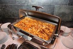 Foto av öppet stål Bain Marie på ställning med en maträtt av italiensk kokkonst - pasta med tomatbasilika och finhackat nötköttkö royaltyfri bild