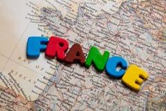 Foto av översikten av Frankrike och färgrika bokstäver på den underbara bacen Royaltyfria Bilder