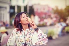 Foto av asiatiska kvinnor som äter glass Royaltyfria Bilder