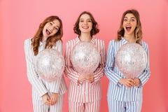 Foto av att le 20-tal för flickavänner i hem- boll för kläderinnehavluft Royaltyfri Bild