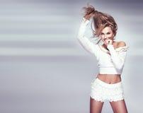 Foto av attraktivt ungt blont le för flicka. Royaltyfria Bilder