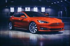 Foto av bilden av ett elektriskt medel Tesla på Tesla den motoriska showen i Berlin En modern elbil royaltyfri bild