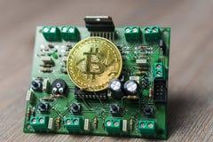 Foto av Bitcoin eller Bitcoin kassa på den elektroniska strömkretsen, datordel arkivfoto