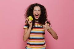 Foto av brunettkvinna20-tal med lockigt hår som ler och rymmer arkivbilder