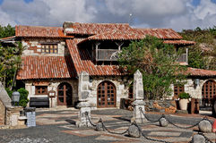 Foto av de gamla spanjorhusen med träWindows och en taknolla Fotografering för Bildbyråer