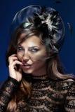 Foto av den attraktiva brunettdamen som ser kameran. Arkivfoto
