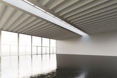 Foto av den enorma tomma expohangaren i modern byggnad Inre vindstil med det konkreta golvet, panorama- fönster Abstrakt begrepp Royaltyfri Fotografi