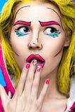 Foto av den förvånade unga kvinnan med yrkesmässigt komiskt smink för popkonst och designmanikyr Idérik skönhetstil royaltyfria foton