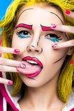 Foto av den förvånade unga kvinnan med yrkesmässigt komiskt smink för popkonst och designmanikyr Idérik skönhetstil arkivfoto