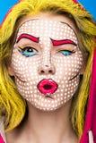 Foto av den förvånade unga kvinnan med yrkesmässigt komiskt smink för popkonst och designmanikyr Idérik skönhetstil royaltyfri foto