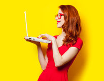 Foto av den härliga hållande bärbara datorn för ung kvinna på det underbara yet royaltyfri fotografi