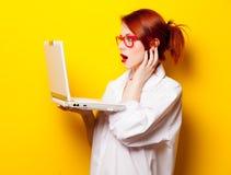 Foto av den härliga hållande bärbara datorn för ung kvinna på det underbara yet royaltyfri foto