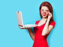 Foto av den härliga hållande bärbara datorn för ung kvinna på det underbara bet royaltyfri fotografi
