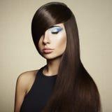 Foto av den härliga kvinnan med storartat hår arkivfoton