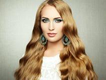 Foto av den härliga kvinnan med storartat hår. Perfekt makeup royaltyfria foton