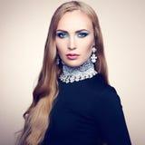 Foto av den härliga kvinnan med storartat hår. Perfekt makeup royaltyfria bilder