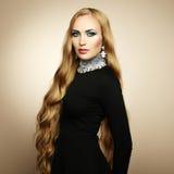 Foto av den härliga kvinnan med storartat hår. Perfekt makeup arkivbild