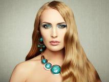 Foto av den härliga kvinnan med storartat hår. Perfekt makeup royaltyfri fotografi