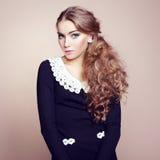 Foto av den härliga kvinnan med storartat hår. Perfekt makeup royaltyfri bild
