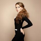 Foto av den härliga kvinnan med storartat hår. Perfekt makeup arkivfoto