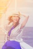 Foto av den härliga unga kvinnan på fartyget framme av havsbackg Arkivfoton