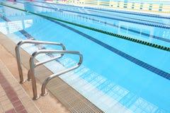 Foto av den inomhus simbassängen med soliga reflexioner Fotografering för Bildbyråer