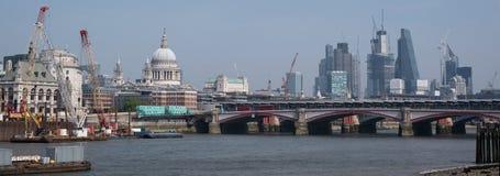 Foto av den London visningstaden av den London horisont- och för St Paul ` s domkyrkan Arkivbild