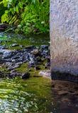 Foto av den near konkreta kolonnen för mörkt vattenflöde Royaltyfria Bilder