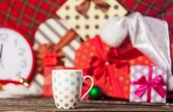 Foto av den prickiga koppen kaffe på den underbara juldecoraten Arkivfoton