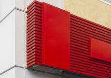 Foto av den röda tomma skylten på väggbakgrund arkivbild