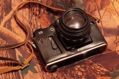 Foto av den retro kameran på kamouflaget Fotografering för Bildbyråer