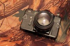 Foto av den retro kameran på kamouflaget Arkivfoton