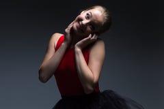 Foto av den roliga unga flickan Arkivfoto