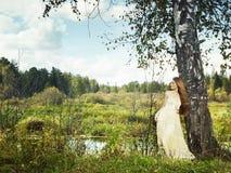 Foto av den romantiska kvinnan i felik skog royaltyfri bild