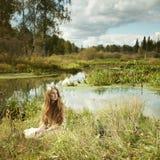 Foto av den romantiska kvinnan i felik skog arkivfoton